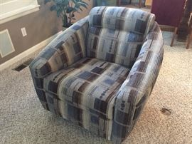 Contemporary swivel side chair - excellent condition
