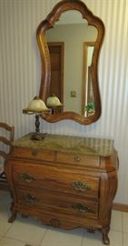 DRAWERED CHEST WITH MARBLE TOP / WALL MIRROR / METAL LAMP WITH GLASS SHADE