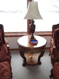 ROUND CARVED SIDE TABLE / LAMP