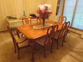 Beautiful Thomasville Dining Room Table and 6 Chairs w 2 Leaves