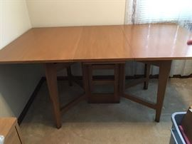 Great genuine mahogany table by hekman furniture!!