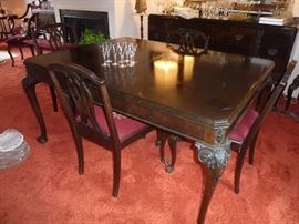Beautiful table with 2 additional leaves. Claw foot