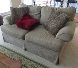 LIVING ROOM LOVE SEAT 5.5'
