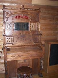 Antique Pump Organ (works)