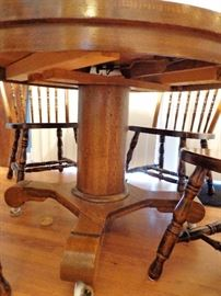 Tiger Oak Round Dining Table w/1 Leaf and 4 Chairs