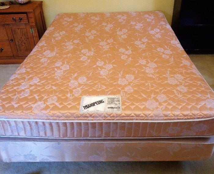 Double Bed w/Maxipedic Mattress & Box Spring