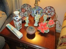2ND END TABLE WITH ORIENTAL THEMED COLLECTIBLES