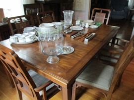 MID-CENTURY MODERN STYLE DINING TABLE AND 8 CHAIRS (2 ARE CAPTAIN'S)
