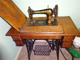 Singer Hand Crank sewing machine and Cabinet from early 1900's