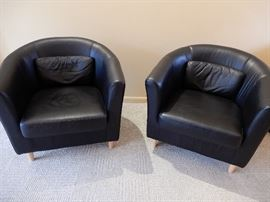 NICE PAIR OF BLACK LEATHER COMFY CHAIRS WITH PILLOWS,