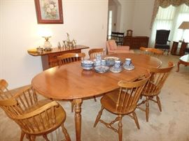Nicholas & Stone dining/kitchen table w/3 leaves, pads,  4 side chairs and 2 captain chairs w/arms