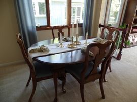 Dining room table w/6 chairs,  2 leaves and pads