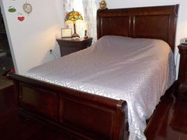 BROYHILL QUEEN SLEIGH BED (MATTRESS NOT INCLUDED