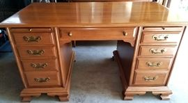 Solid maple knee hole desk - great condition