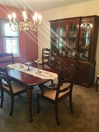 Lovely traditional dining room set in perfect condition