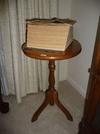 SMALL WOOD SIDE TABLE