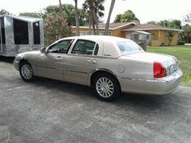 2004 Lincoln Town car Signature Sedan 40 with 43,000 miles a V8 rear wheel drive