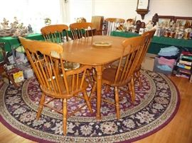 BEAUTIFUL WOOD DINING TABLE W/2 LEAFS & 6 CHAIRS (RUG NOT FOR SALE)