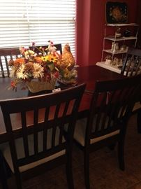 Breakfast/dining table with 6 chairs and leaf