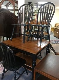 kitchen table with 2 leaves and 4 chairs