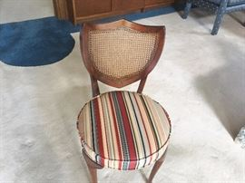 VINTAGE ACCENT CHAIR- LIKE NEW!