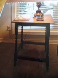 Oak side table with turned legs