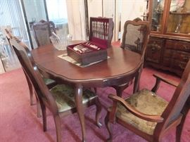Dining table with 6 chairs and 3 leafs