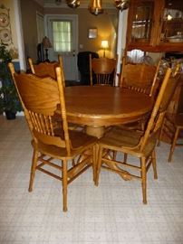 OAK DINING TABLE W/1 LEAF & 6 CHAIRS