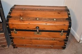Beautiful Woodent Camel Back Trunk with Tray in Awesome Condition!