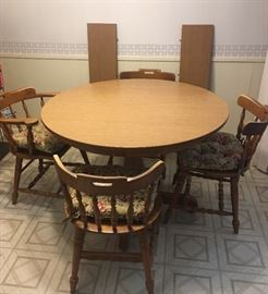 Vintage round Formica topped maple pedestal table with four chairs and two leaves