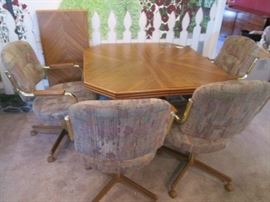 Dinette Set/4 Chairs and 1 Leaf on casters