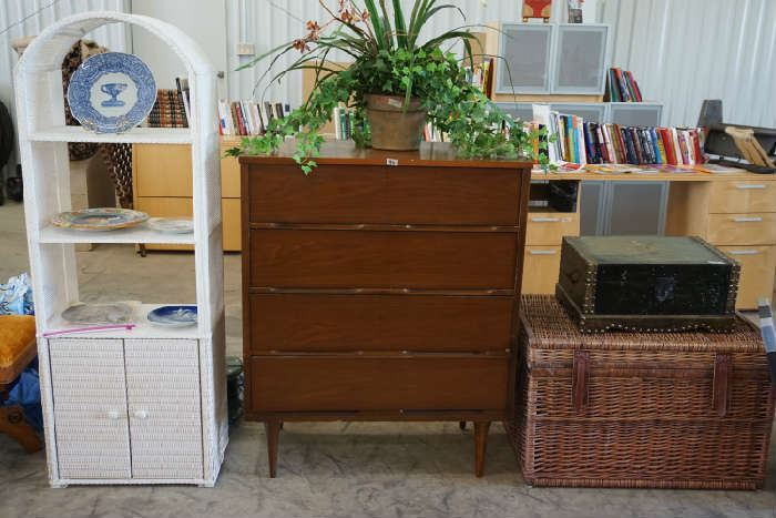 Chest of drawers, wicker, collecter's plates