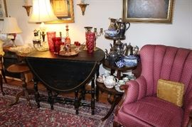 WILLIAM AND MARY STYLE BLACK LACQUERED AND CHINOISERIE-DECORATED DROP-LEAF GATE LEG SIDE TABLE