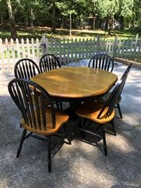 Round/Oval Oak Dining table w/ 6 Chairs