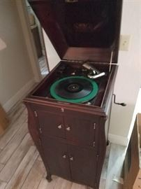 Working Victrola with records