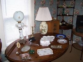 ENGLISH TILT-TOP BREAKFAST TABLE, LAMPS & SMALLS