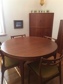 Retro dining table with two leaves and six chairs ...Beautiful condition