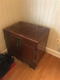 #13 trunk look end table w 2 doors 25x18x24 as is $75