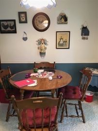 PERFECT SIZE  DOUBLE SIDE DROP LEAF TABLE TABLE WITH 4 CHAIRS AND 2 LEAVES