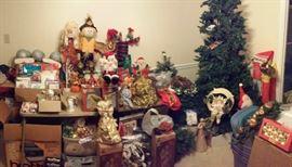 Christmas/Seasonal Decor including a Christmas Tree