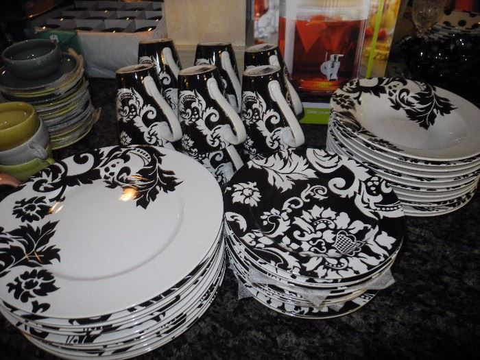 Gorgeous black and white places - mix and match with the Pfaltzgraff black set