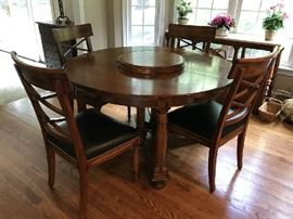 Baker - Regency style table with 2 leaves & 4 outstanding chairs with nail-head trimmed leather seats