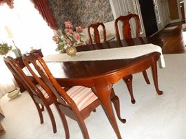 Pennsylvania house/mint condition comes w/1 leaf, 6 chairs, and table pads;mint condition