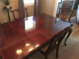 beautiful dining set, 6 chairs, 2 leaves