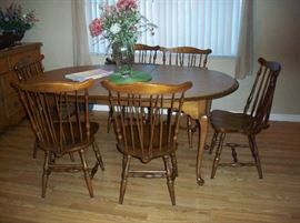 Vintage L. Hitchcock Dining table with 6 chairs, 2 leaf and pads