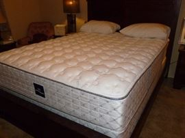 Like new Serta Queen Mattress Set