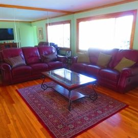 LEATHER LIVING ROOM SUITE WITH RECLINERS RUG TABLES