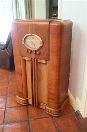 1938 Truetone Console Radio - Model D 699