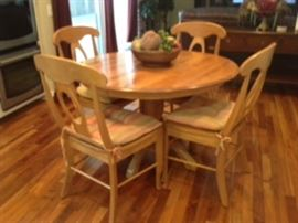Casual dining set with 4 chairs. Great condition. Leaf extension.