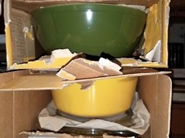 Vintage Pyrex mixing bowl set and lidded casserole set